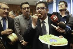 Brasília - Fabio Ramalho, parlamentares mineiros, o ministro Sérgio Sá Leitão e produtores de queijo de Minas durante evento em prol da regularização da venda do queijo artesanal (Fabio Rodrigues Pozzebom/Agência Brasil)